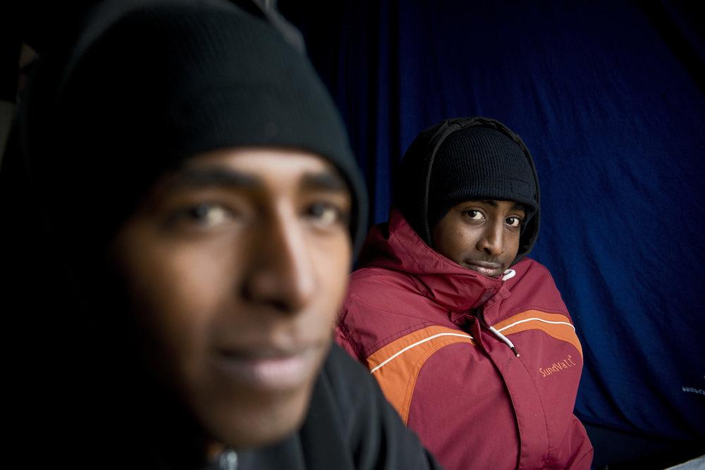 Mohand, 17 ans, ne sait pas encore s'il pourra rejoindre son oncle qui vit en Angleterre.  Originaire du Soudan, il est arrivé à Calais il y a seulement deux jours, après un voyage commencé il y a un peu plus deux ans.  Il devra encore prouver son âge en se faisant envoyer un certificat de naissance et le lien de parenté directe avec cet oncle vivant déjà à Birmingham. Nabil, 15 ans, est lui dans la jungle depuis une semaine. Faute de famille déjà installée en Grande-Bretagne,  il se dit près à faire une demande d'asile en France. Mais en attendant, tous les soirs, il tente de traverser.  «On ne sait jamais, je verrais bien ce qui marche en premier» explique l'adolescent qui jusque bout veut croire à son rêve d'Angleterre.