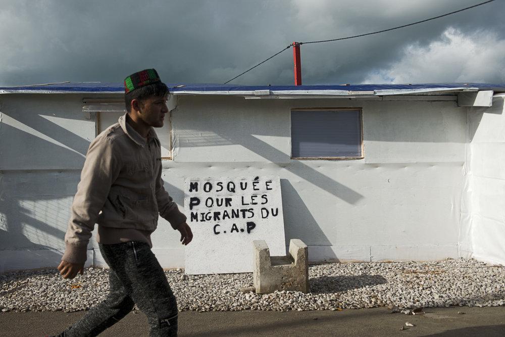 Pour certains, c'est la prière qui aide à supporter l'incertitude. Toute réunion est l'occasion d'évoquer le prochain démantèlement. Les religieux des différents lieux de cultes de la jungle transmettent les maigres informations qu'ils tiennent des associations ou des bénévoles.  Des responsables de l'association roubaisienne Ouma Fourchette viennent de déposer un panneau devant la mosquée que leurs adhérents ont  contribué à construire. En signalant que cette mosquée est lié au Centre d'Acceuil provisoire, la structure officielle mis en place par l'Etat, ils espèrent que cela épargnera le lieu de culte d'une destruction programmée.