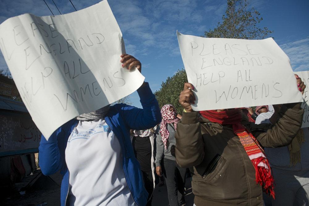 « Nous voulons aller en Angleterre ! Nous avons besoin de réponses ! Nous ne voulons pas rester dans la jungle ! La jungle n'est pas un endroit pour les femmes ! Nous avons besoin d'aide ! Où sont les droits des femmes ? S'il vous plaît, aidez-nous ! Aidez-nous ! » Aux 2e et 3e jours de l'opération de démantèlement, les voix et les questions de dizaines d'Érythréennes et d'Éthiopiennes retentissent à travers la jungle. Elles refusent de monter dans les bus. Elles veulent rejoindre l'Angleterre comme une centaine d'autres l'ont fait avant elles, après un entretien avec les représentants du Home office. Mais ces derniers, qui peuvent décider de leur départ, ont disparu.