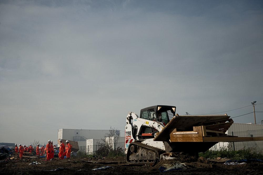 Les opérations de nettoyage du bidonville commencent dès le deuxième jour. La préfecture sait qu'il faut éviter les images choquantes « de gros bulldozers qui viennent croquer les tentes », le déblaiement « sera doux et manuel », promet un porte-parole. Devant les caméras, les abris de fortune commencent à être débités à la tronçonneuse. Le lendemain, plusieurs mini-pelleteuses sont à l'œuvre. Le surlendemain, les machines sont passées à la taille supérieure et les travaux de déblaiement s'intensifient.