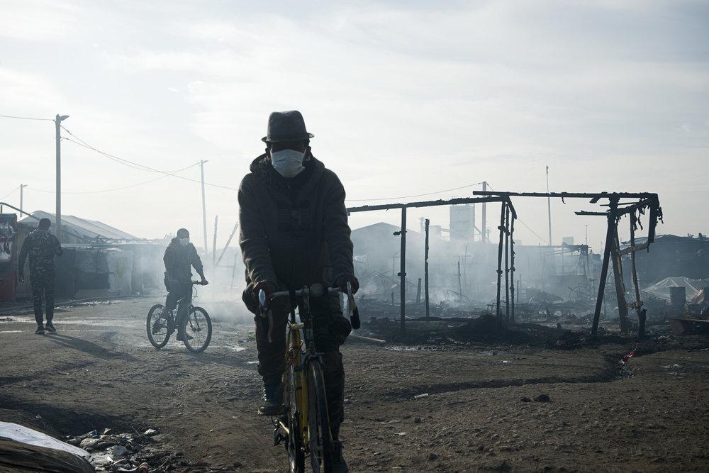 Calais. L'artère principale du bidonville est devenue méconnaissable. Dès que les flammes ont baissé d'intensité, un semblant de vie a repris dans une ambiance apocalyptique. De nombreux migrants ont assisté, impuissants, à la destruction de leurs tentes. Pour beaucoup, qui hésitaient encore à partir dans les CAO et à s'éloigner de Calais, c'est le signal du départ.