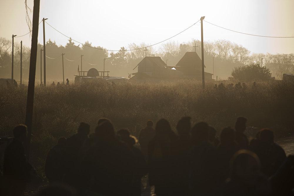 Calais. « On a vu arriver, tels des zombies, une centaine de jeunes encadrés par des volontaires anglais. Ils avaient passé la journée devant le sas à attendre un bus qui n'est jamais arrivé. Sans manger et sans boire pendant 7 heures », témoigne, atterrée, Nathalie, une Calaisienne qui a donné bénévolement des cours de français à l'École du chemin des Dunes. Ce groupe s'était déjà réfugié la nuit précédente dans les locaux de l'école désertée, avant d'en être chassé le matin par la police. Une nouvelle errance, un nouvel exode commence pour tous ceux qui n'ont pas su ou pu partir dans les bus, pour ces naufragés de l'évacuation.