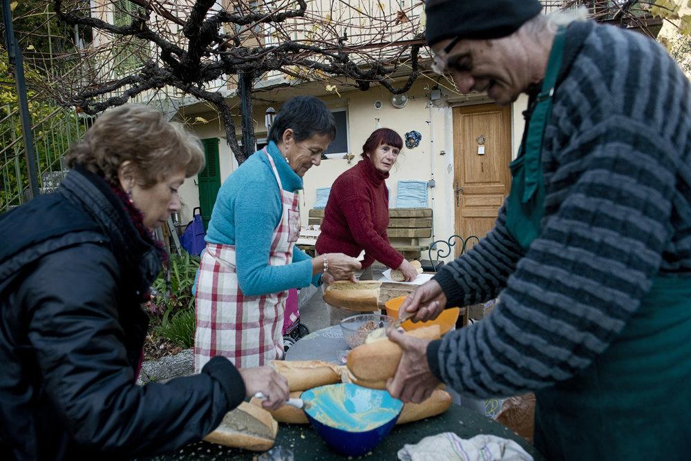 Dans la vallée qui s'étire le long de l'Italie, la solidarité s'organise notamment grâce au collectif Roya Citoyenne. Une centaine d'habitants de la région se relaient pour héberger les exilés ou pour préparer, chaque jour de la semaine, des maraudes de l'autre côté de la frontière toute proche. Le mardi, c'est l'équipe de Marie et Roger, habitants de Breil-sur-Roya, qui confectionne des sandwichs à partir de dons fournis par les maraichers locaux et une boulangerie du village.