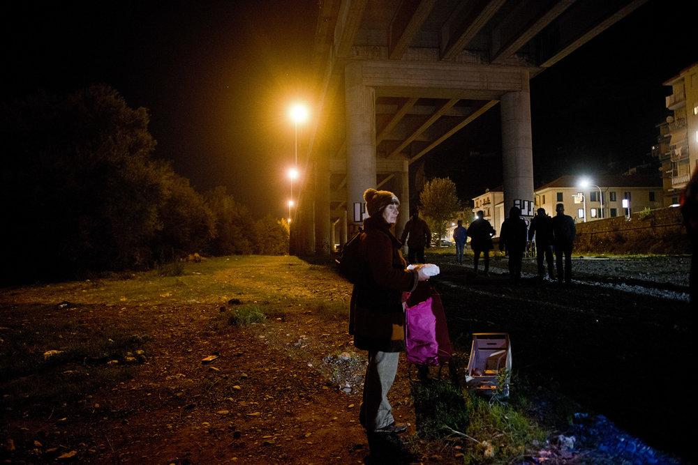 A Vintimille, un arrêté municipal interdit depuis le mois de juillet la distribution de nourriture dans les rues. Les habitants de la Roya continuent pourtant leur maraude, mais ils le font de nuit et le plus discrètement possible pour éviter d'être vus par la police italienne.