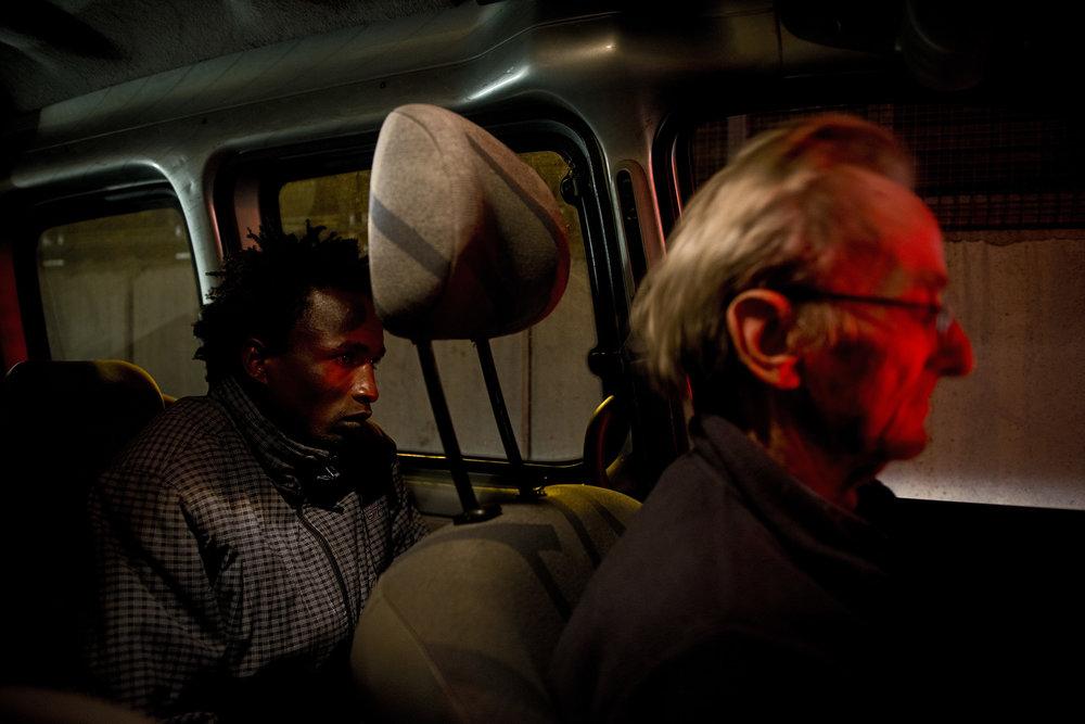 Pour aider les personnes les plus vulnérables, des habitants de la Roya ou des niçois comme Hubert Jourdan procèdent à « des passages citoyens » c'est à dire qu'ils aident certains migrants à se rendre dans des gares ou à franchir la frontière en passant par des routes moins surveillées. Le 19 novembre dernier, cette figure régionale de la solidarité a été interpellée dans la vallée de la Roya avec un exilé à bord de sa voiture. Après une nuit passée en garde à vue, Hubert Jourdan a finalement été relâché. Son passager a lui été immédiatement expulsé vers l'Italie.