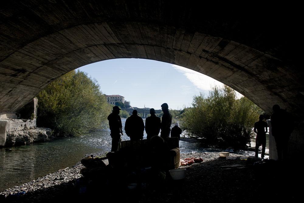 En attendant de réussir à franchir la frontière franco-italienne, ce groupe de Guinéens et de Soudanais survit tant bien que mal sous le pont d'une voie rapide à l'entrée de Vintimille. Trois d'entre eux se déclarent mineurs. Les francophones aimeraient pouvoir faire une demande d'asile en France. Un autre veut repartir vers l'Espagne.