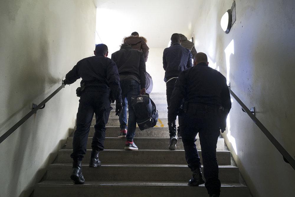 Parmi les six migrants repérés par la police, quatre se déclarent mineurs. Pourtant, ils seront remis comme les autres dans le premier train en partance pour l'Italie.  La police se contente de noter leur nom, leur âge et leur nationalité avant de les expulser, sans prendre le temps d'appliquer les dispositions prévues pour les mineurs étrangers isolés.