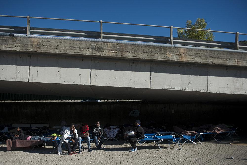 Depuis son ouverture en juillet dernier, le camp de la Croix Rouge de Vintimille a enregistré 7754 hommes seuls. Initialement prévu pour 300 personnes, le camp s'est révélé très rapidement sous dimensionné. A défaut de place dans les containeurs, des dizaines de lit de camp ont été installés à l'abri d'un pont.