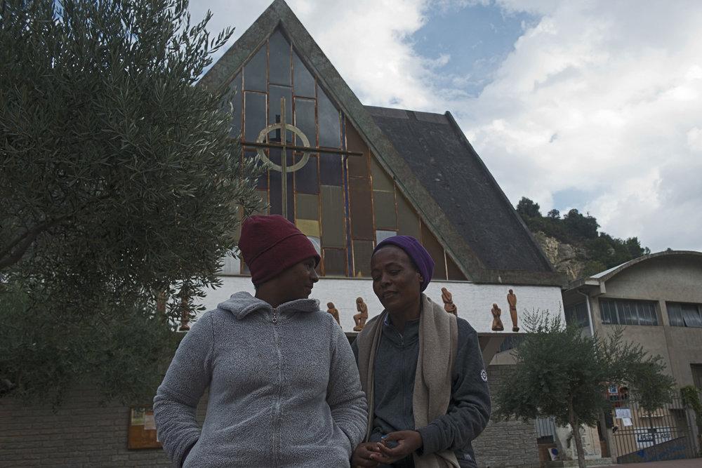 L'Eglise San Antonio a longtemps été le seul lieu d'accueil des migrants à Vintimille. Depuis l'ouverture du camp de la Croix Rouge, seules les femmes et les familles sont désormais hébergés dans les salles de l'édifice religieux qui ont été transformées en dortoirs.