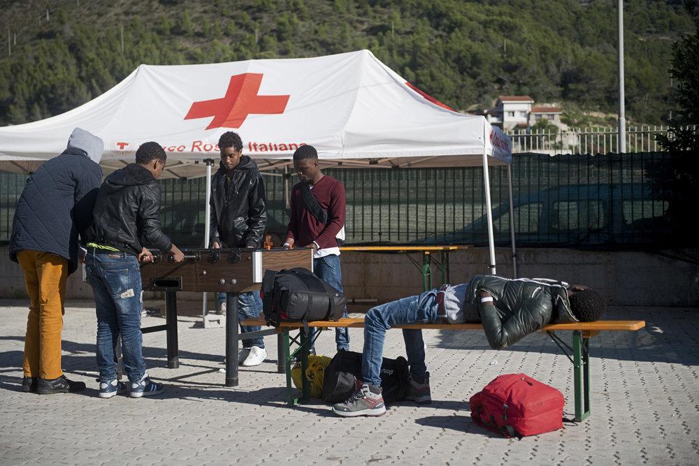 La région de Liguria est censée aider au financement du plus grand camp de la Croix Rouge d'Italie. Mais pour l'instant, la Croix Rouge se retrouve seule à en assurer la gestion. Conséquence, dans ce camp considéré comme « modèle », les services sont réduits au strict minimum et la durée du séjour est limitée à dix jours.
