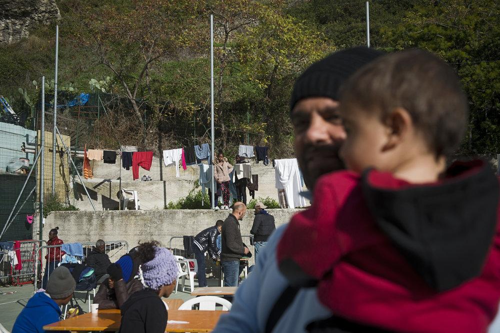 Jusqu'à mille migrants ont été accueillis dans la cour de l'église San Antonio. Aujourd'hui, seules les femmes, les familles et les personnes considérées comme les plus vulnérables peuvent s'y réfugier le temps de trouver un moyen pour traverser la frontière et poursuivre leur voyage vers le nord de l'Europe.