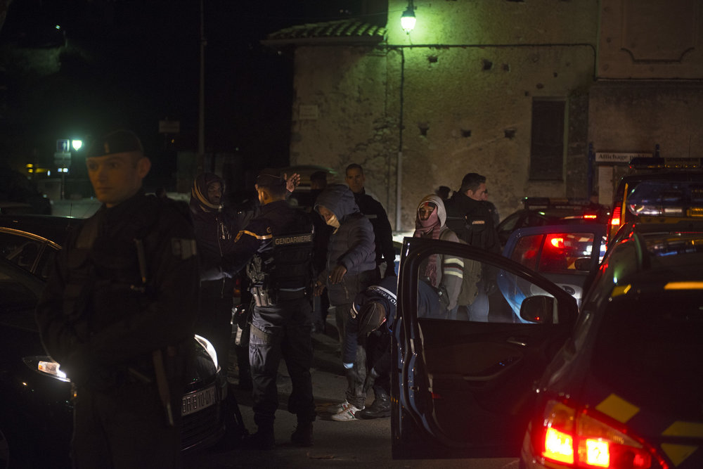 Après d'ultimes négociations, gendarmes et CRS sortent un à un la cinquantaine de migrants qui se trouvaient sur la place du village. La garantie est cependant donnée aux membres de Roya Citoyenne que les 34 mineurs déclarés du groupe seront bien mis à l'abri.  Certains habitants présents crient « Quelle honte! A bas l'Etat policier! Solidarité avec les migrants!».
