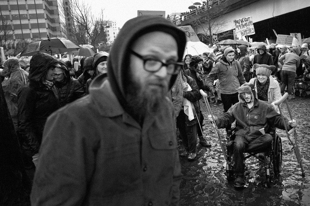 Manifestation anti Trump qui a rassemble plus de 100000 personnes ici a Portland aux Etats Unis organisee par le collectif Women s March nee juste apres l election de Donald Trump Des manifestations etaient organisees dans plus de 400 villes americaines et ont rassemble plusieurs millions de personnes et egalement des manifestations ont eu lieu dans 70 pays Portland 21 janvier 2017