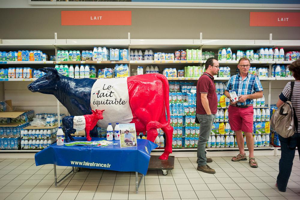 Francis Closquinet et Marie Lebegue, producteurs de lait du label équitable Fairefrance, sur le stand d'animation au Leclerc de Vouziers. Ardennes, région Alsace-Champagne-Ardenne-Lorraine, 26.08.2016