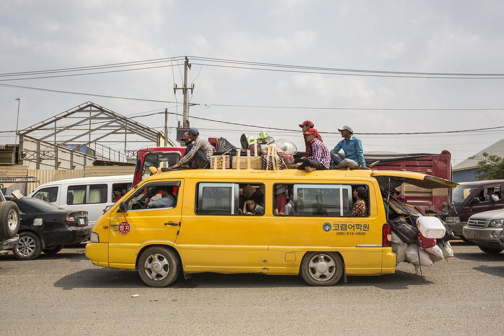 Une grande majorité des habitants de Phnom Penh quittent la capitale pour passer les fêtes en famille. Les familles s'entassent avec leurs bagages, des provisions et des cadeaux dans des minibus, autobus, voitures ou motos. Les endroits de ralliements se trouvent aux intersections des grandes routes qui quittent la capitale pour les différentes provinces du pays ou dans les nombreuses gares routières. Les familles attendent une place dans un transport et se lancent dans le voyage. Phnom Penh se vide progressivement. PHNOM-PENH, AVRIL 2016