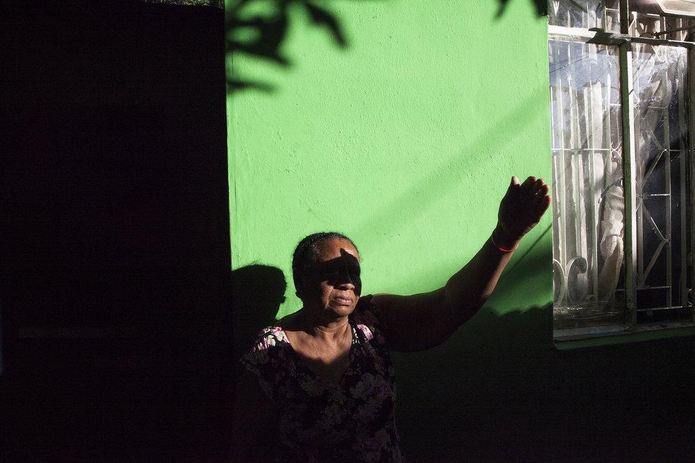 Solange habite dans le quartier de Roche Bois depuis son arrivée ici en 1968. Un quartier historiquement « chagossien » où la plupart des déportés ont été installés, avec pour toute compensation 36000 roupies par famille, un peu moins de 1000 euros. Le quartier est rongé par la drogue et la prostitution. Solange, comme la plupart des habitants vit enfermée chez elle, derrière un haut mur et une porte toujours fermée à double tour.« A Perros banhos la vie était pas dangereuse. Ici lé dangereux. »