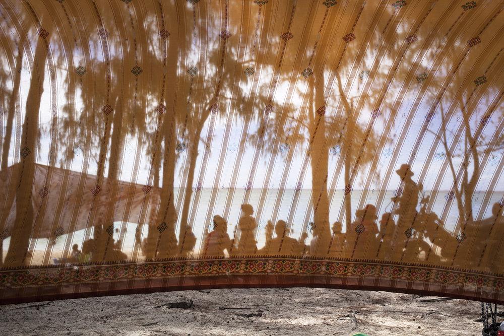 Un voile s'étant sur la plage de Cap Malheureux.Comme un filtre déformant sur cette réalité.Les Chagossiens ont perdu leurs eaux turquoises et leurs plages paradisiaques.Celles que lui offre l'île Maurice n'ont rien en commun. La mer n'a pas le même goût.Un goût d'amertume et de malheur.Un goût qui ne vous lâche pas.