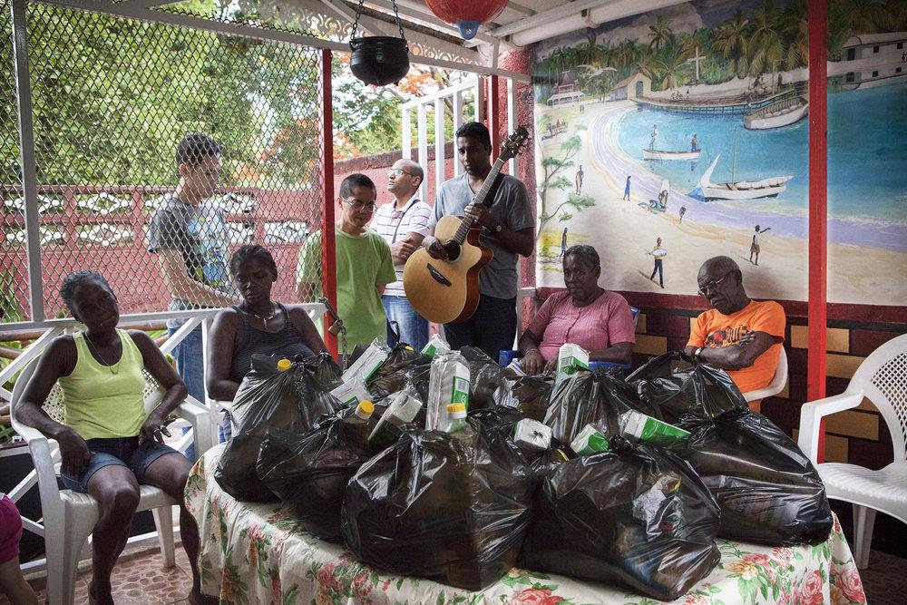 Chez Rosemoun et Emilien dans le quartier de Roche Bois une association religieuse vient faire tout les ans une distribution alimentaire pour les familles de la communauté Chagossienne.