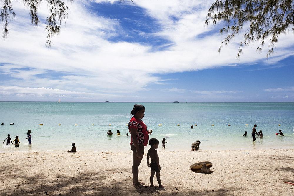 C'est notre dernier jour avec Ivy et sa famille, nous décidons d'aller à la plage. Loin du quartier. Après une heure de bus nous arrivons. Changement de décor, de cadre. Plus près de la mer et de l'horizon.Ivy n'ira pas se baigner, contrairement à son mari Will. « ça fait 10 ans que je n'étais pas aller dans l'eau ! Quand j'étais jeune je venais chaque dimanche me baigner ici. »La plage de Cap Malheureux est découpée en deux parties. Une pour les touristes, avec sa marina et ses transats d'hôtel bleu et blanc et une autre plus populaire, pour les locaux. Ivy a pris du pain blanc et prépare des sandwichs. Une grande bouteille de coca accompagne notre repas. Les Chagos semble plus loin que jamais. « On va chercher des bières ? »