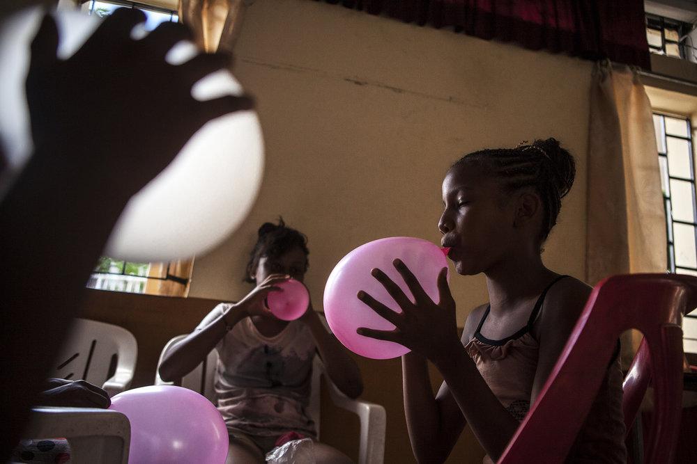 Moment de légèreté durant la préparation du baptême de la fille de Daniel, dans la salle des fêtes de Batterie Cassée.Les moments où tous les Chagossiens se retrouvent sont rares.Sur leurs îles des Chagos ils vivaient comme une seule et même famille.La légèreté et l'innocence les ont quitté.