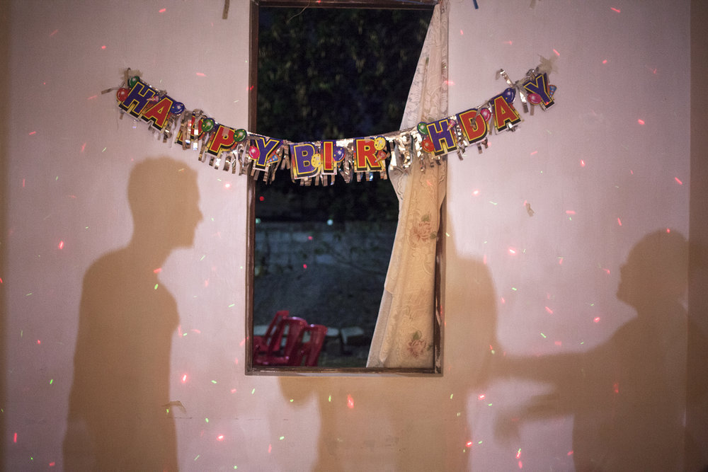 Soirée d'anniversaire pour les 32 ans de la femme d'un ami Chagossien d'Ivy et de Will.Au fond d'une parcelle une maison éclaire les chaises en plastiques éparpillées dans la cour. A l'intérieur on boit de la Phénix et on danse sous les cotillons et les rythmes d'outre atlantique.On se chauffe, on se drague, on s'échauffe. Une bagarre éclate entre des rodriguais et des chagossiens.La maison se vide.Les chaises tombent.Happy birthday.