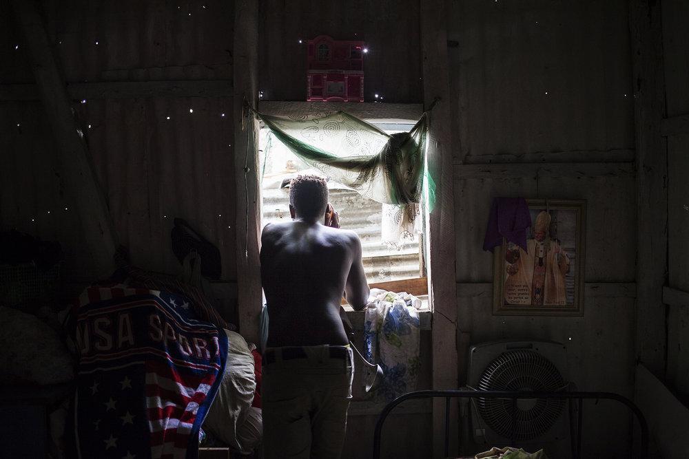 Les anciens Chagossiens vivent pour la plupart dans le passé, dans ce regret légitime et perpétuel de la perte de leur terre d'origine. Mais le temps passe. Les jeunes, eux, sont pour la plupart nés à Maurice. Loin des Chagos. Ils n'ont connu que cette vie et les histoires de leurs îles perdues. Ils essaient de vivre, de survivre au quotidien. Se sentent-ils Chagossiens ? Mauriciens ? « C'est compliqué… nos parents se battent depuis toujours pour tout ça… Nous, nous avons aussi nos habitudes ici. »