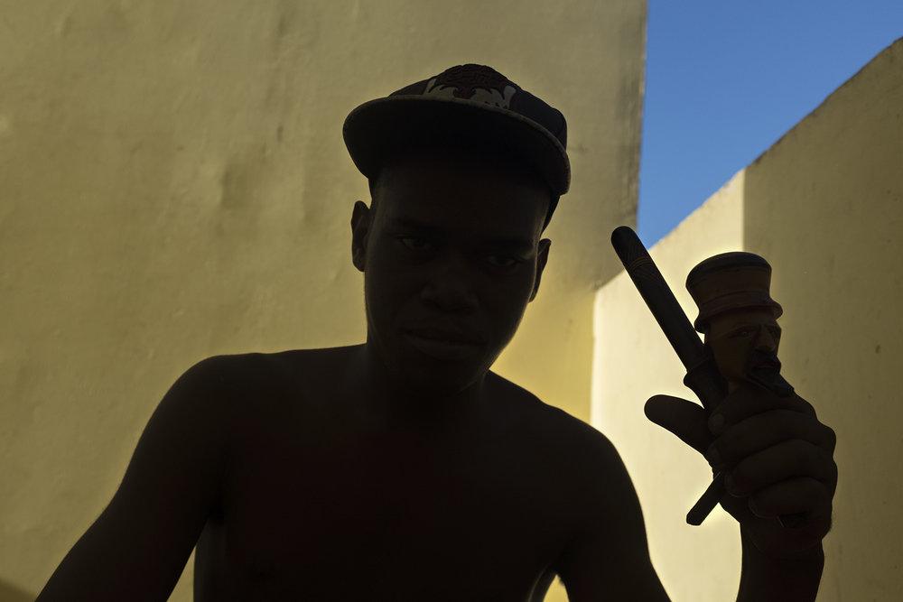 Un jeune dans une cage d'escalier entrain de consommer du cannabis (zamal nom local) dans un chilium. La consommation de cannabis est commune ici à la Réunion.