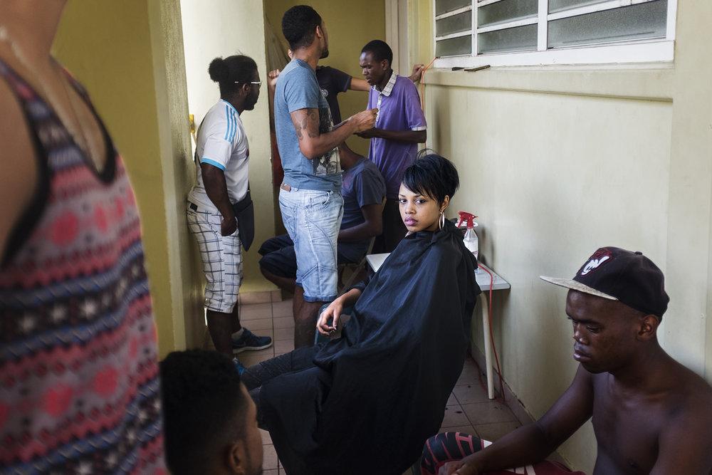 Les coiffeurs sont nombreux dans les différents quartiers de la ville. Chacun a sa réputation et son art. Les coiffeurs s'installent dans les coursives des immeubles ou en extérieur dans la cour. Ce sont des moments de convivialité, de rencontre et d'échange où on se raconte le quotidien de la vie.