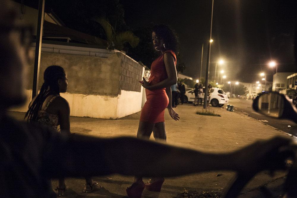 Fin de soirée du nouvel an dans la ville du Port. La population portoise fête jusqu'à tard dans la soirée. Les gens partagent cette soirée avec les amis, les voisins dans les rues de la ville.