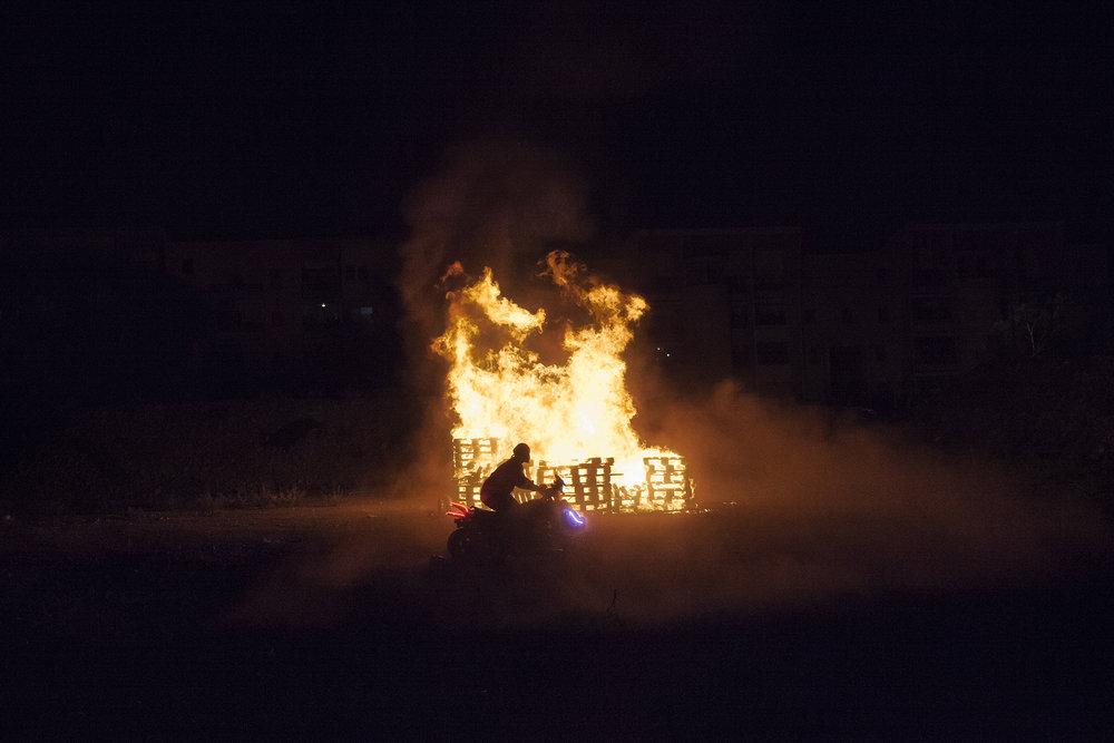 Le défilé du 31 décembre un peu particulier avait suscité la polémique en début d'année 2015. Pour fêter la nouvelle année, des jeunes à pied et à moto avaient dévalé l'avenue de la Commune de Paris au Port. Dans une ambiance somme toute bon enfant mais pouvant interloquer, certains des participants étaient apparus visage masqué et arborant des armes -a priori factice-, avant de déclencher un impressionnant feu de joie à l'aide de dizaines de palettes empilées sur un chantier à l'abandon. Familles, jeunes, enfants de la ville du Port et d'autres communes de l'île s'étaient rassemblées pour admirer le spectacle. Aucun incident n'a été contasté.