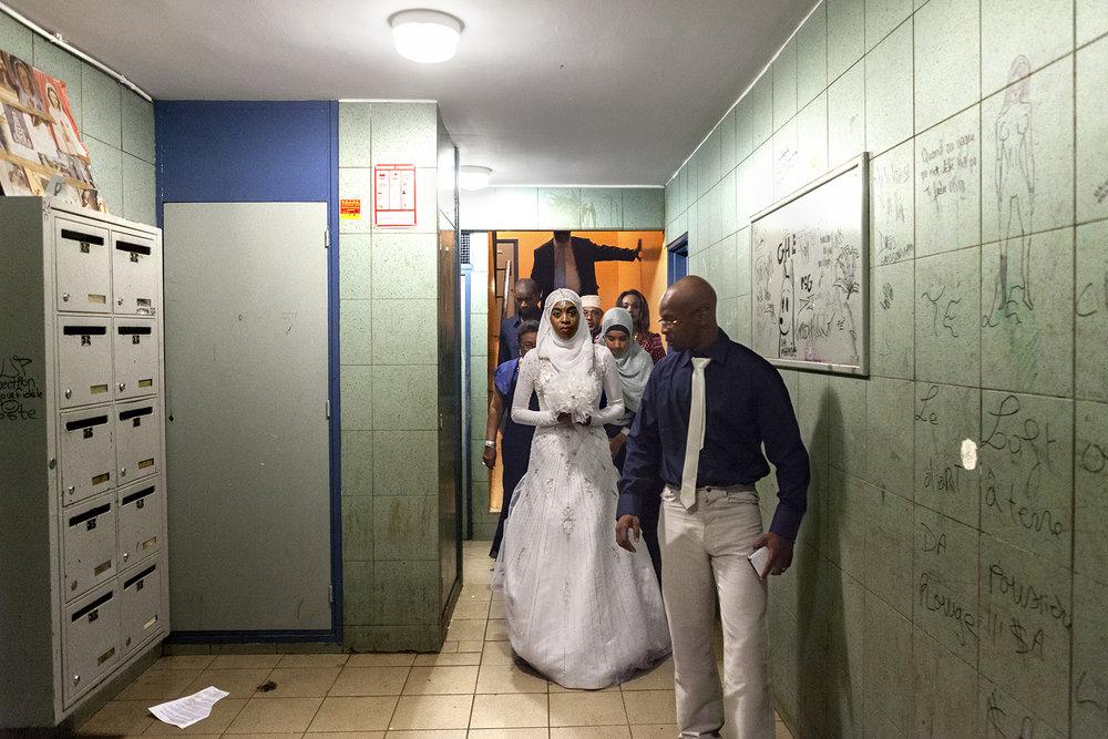 C'est le grand pour Souraya. Elle sort de la cage d'escalier de l'immeuble où sa famille vit au Port. Souraya et Hamza sont un jeune couple d'origine comorienne. C'est une fille du Port, elle a grandi dans le quartier de la ZUP. Ses parents sont arrivés à La Réunion il y a quelques années. Il y a deux ans Souraya et Hamza ont fait le choix de quitter La Réunion pour tenter leur chance en métropole. Hamza a trouvé un travail à Poitier et Souraya poursuit ses études.