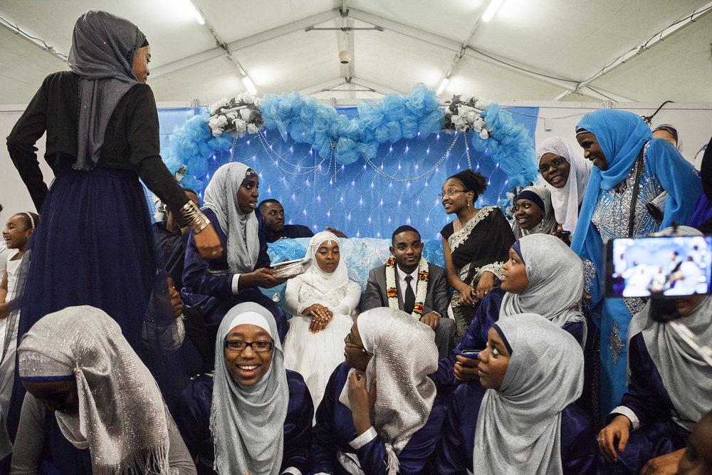 La soirée de mariage de Souraya été organisée à la Halle des manifestations de la Ville du Port. Les jeunes mariés sont entourés par leur famille et leurs amis pour les photos de groupe. Le mariage sur l'île des Comores comme dans de nombreuses sociétés est une étape importante dans la vie des futurs époux. Son déroulement se fait selon des traditions qu'il est important de respecter. On y trouve par exemple la cérémonie à la mosquée, le paiement de la dot, le repas collectif qui est offert par la famille de la mariée ou la cérémonie du twarab.
