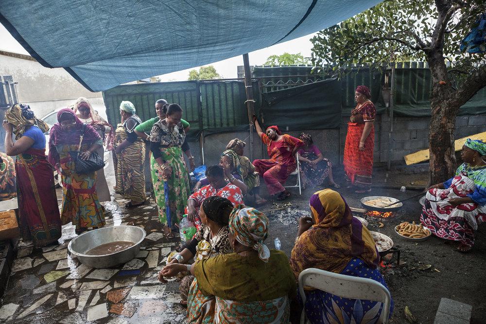 Préparation du repas du mariage de Souraya et Hamza. La famille et les amis s'activent à tuer les animaux, cuisiner les différentes spécialités et confectionner gâteaux et autres desserts qui seront servis pour le grand repas du soir. L'ambiance est festive et détendue, hommes et femmes se partagent le travail.