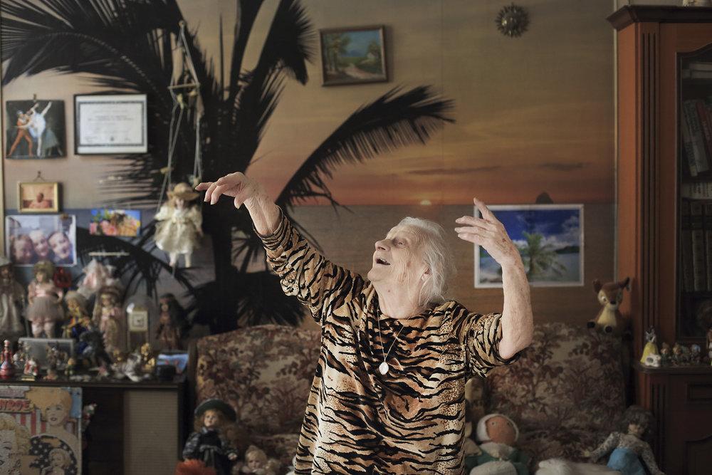Portrait Jemmy Walker chez elle, 94 ans, ancienne danseuse a opera de Lyon et chanteuse, Lyon, 13 decembre 2014