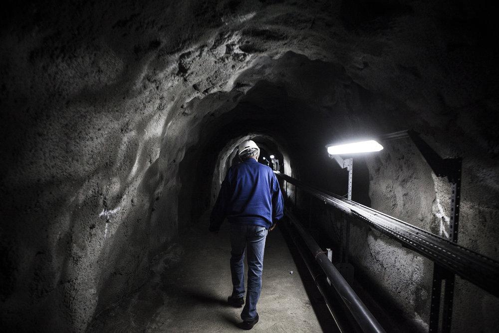 Tunnel qui descend sur la centrale hydro-électrique EDF de Takamaka. Juillet 2015, Ile de la Réunion.