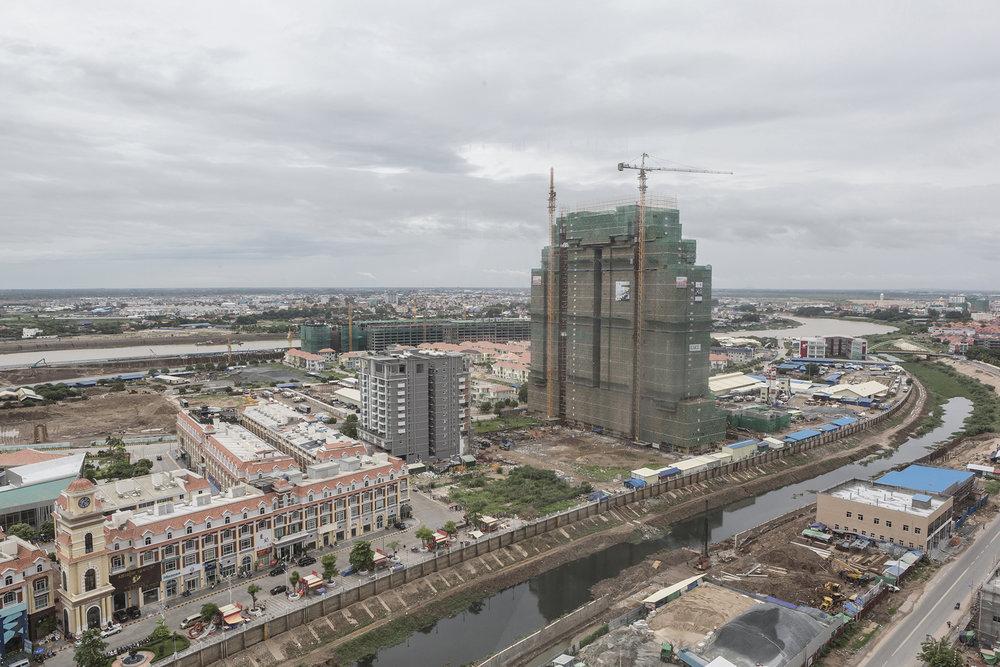Les réalisations les plus ambitieuses sont en construction ou déjà réalisées concernant les bureaux ou les logements. On y trouvera une série d'immeubles de plus de 30 étages à usage mixte (logements de grands standings, bureaux, boutiques, centre commercial, piscine de 200 mètres) Une marina ou encore une tour de 555 mètres, baptisée Diamond Tower qui elle devrait être la plus haute des pays de l'ASEAN. Les espaces de détente ou administratis ne sont pas en reste non plus; casinos, parcs d'attractions, hôtel de ville à la française, réplique de l'Arc de triomphe, tout ces chantiers pharaoniques se veulent être la vitrine de ce Cambodge moderne, dont les autorités ont fait un rêve national.