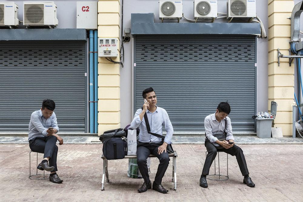 Pause déjeuner pour certains travailleurs des bureaux qui ont déjà investi par différentes entreprises.