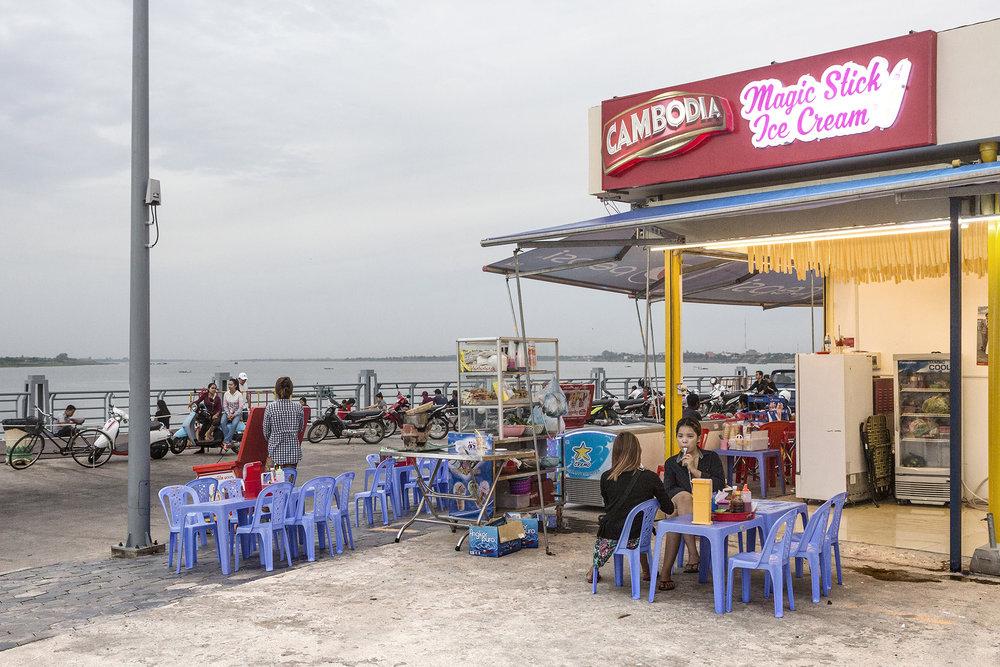 Dans le nord de l'île une esplanade a été amménagé avec une vue sur le Mékong et toutes une myriade de restaurants. Les habitants de Phnom Penh, viennent y flâner ou se restaurer en fin de soirée.