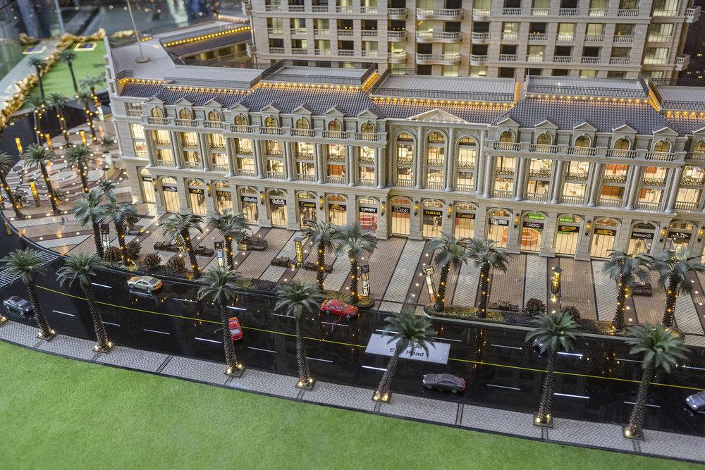 Les réalisations les plus ambitieuses sont en projet ou déjà réalisées concernant les bureaux ou les logements. Comme par exemple une série d'immeubles de plus de 30 étages à usage mixte (logements de grands standings, bureaux, boutiques, centre commercial, piscine de 200 mètres), une marina et une tour de 555 mètres (baptisée Diamond Tower, elle devrait être la plus haute des pays de l'ASEAN) – sont en chantier ou pas encore sorties de terre. Les constructions pour les attractions ne sont pas en reste non plus casinos, parcs d'attractions, hôtel de ville à la française, une réplique de l'Arc de triomphe: des chantiers pharaoniques, vitrine de ce Cambodge moderne, dont les autorités ont fait un rêve national.