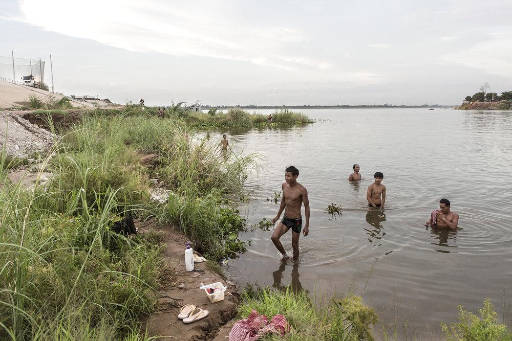 Les conditions sanitaires sont très précaires pour les travailleurs des chantiers. À la fin de leur journée de travail beaucoup d'entre eux viennent se laver dans les eaux qui entourent l'île.