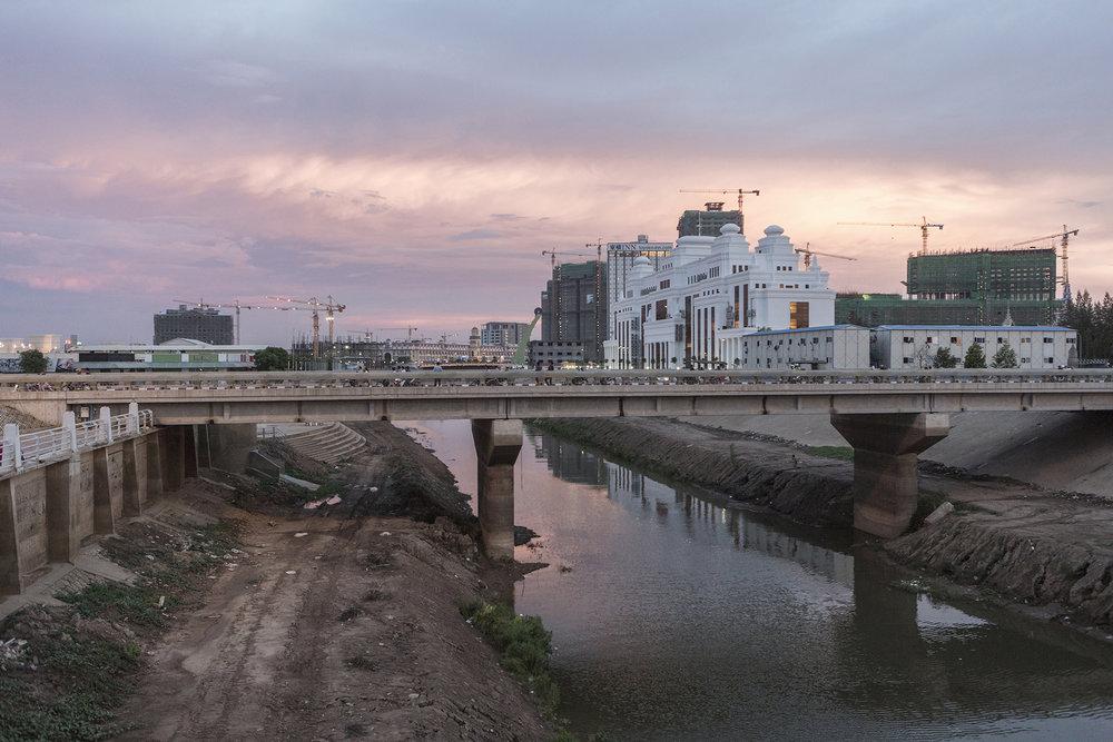C'est un des deux qui sépare l'île de Koh Pich de Phnom Penh. C'est sur ce pont que le lundi 22 novembre 2010 que le Cambodge a connu l'accident le plus meurtrier depuis des décennies : au moins 378 personnes sont mortes et 410 blessées, dans une bousculade survenue lors des traditionnelles festivités de la Fête de l'eau.