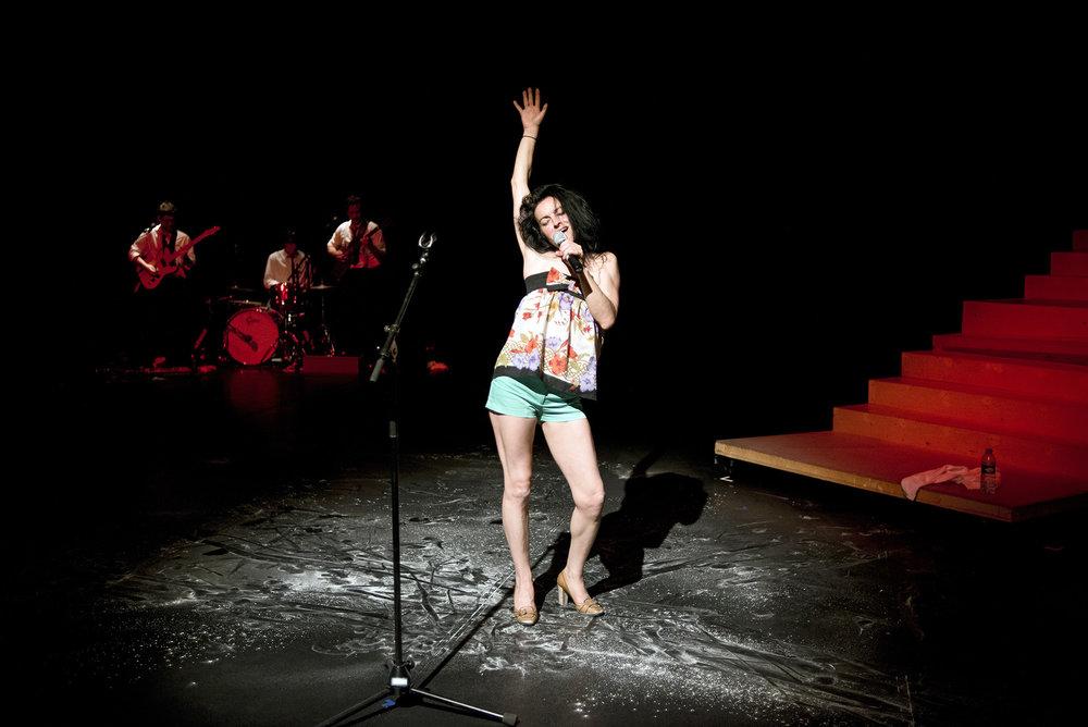 """FESTIVAL LIVRAISON D ETELES SUBSISTANCESANGELA LAURIER DANS """"L'ANGELA BETE""""Autoportrait rageur d'une artiste contorsionniste hors-norme, bien décidée à tout arrêter. Après Déversoir et J'aimerais pouvoir rire, ses deux précédentes créations nourries par son histoire familiale, Angela Laurier explore sa vie – pour la dernière fois – dit-elle. De la fillette illuminée à la star adolescente de la chanson québécoise, de la gymnaste surdouée paralysée par le monde des émotions à la contorsionniste virtuose, Angela raconte et règle ses comptes. Fini les histoires de familles, fini la contorsion, dans L'Angela bête, elle met sa vie en spectacle avec clairvoyance et auto-dérision. Accompagnée de quatre musiciens complices, Angela fait son show. Rock'n'roll corps et âme !DistributionTextes, interprétation, chorégraphie, mise en scène : Angela Laurier. Vidéo, musique, interprétation : Manuel Pasdelou. Régie générale, musique, interprétation : Julien Lefeuvre. Musique, interprétation : Xavier Besson. Musique, interprétation : Bertrand Duchemin. Régie plateau : Nathalie Hébert. Régie son : Emmanuel Laffeach. Scénographie, création et régie lumière : Thomas Roquier. Collaboration lumière : Richard Croisé. Costumes : Tifenn Morvan. Œil oblique : Gilles Defacque, le Prato - Lille. Production : Cie Angela Laurier. Coproductions : La Verrerie d'Alès, Pôle National des Arts du Cirque, Languedoc-Roussillon. La Brèche, Pôle National des Arts du Cirque de Basse-Normandie, Cherbourg Octeville. Avec le soutien de : Direction Générale de la Création Artistique, Ministère de la Culture et de la Communication D.R.A.C Basse-Normandie. Conseil Régional de Basse-Normandie. Conseil Général de la Manche. Résidence : Les Subsistances, Lyon."""