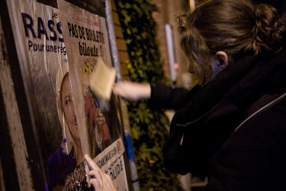 Les Chicons en colère en collage d'affiche entre les deux tours des élections régionales. Bailleul, Haut de France, décembre 2015.