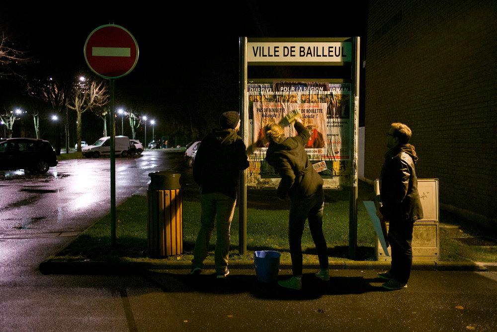 Les Chicons en colère en collage d'affiches entre les deux tours des élections régionales. Bailleul, Haut de France, décembre 2015.