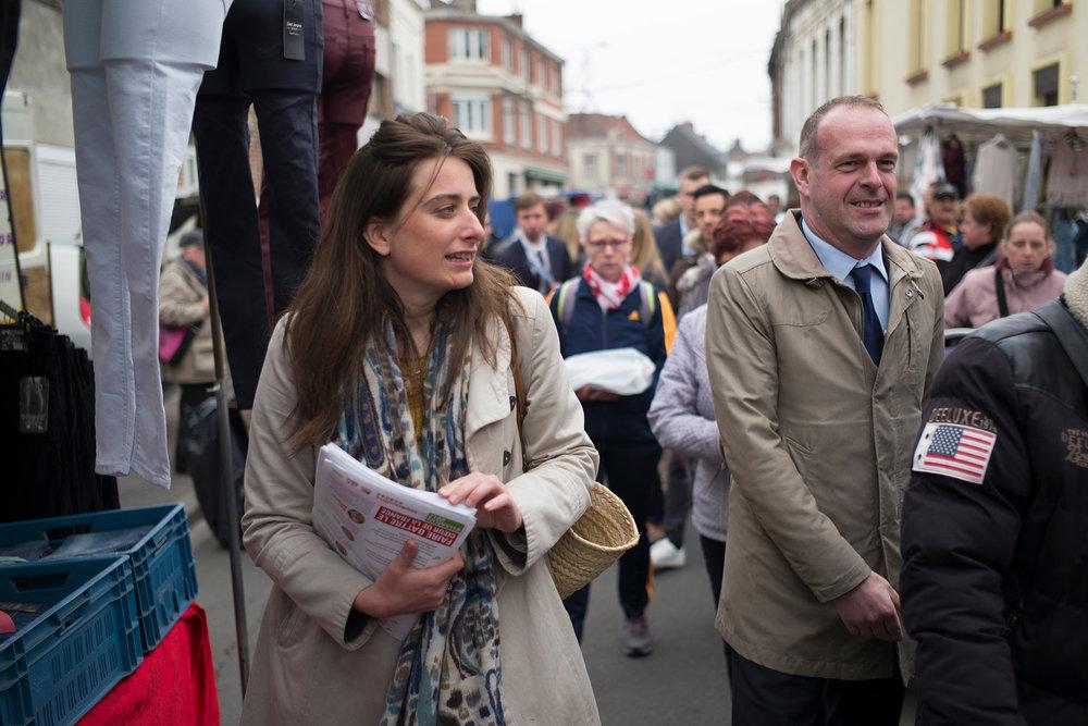 Marine Tondelier, élue écologiste à Hénin-Beaumont, distribue des tracts sur le marché d'Hénin à deux jours du 1er tour de l'élection présidentielle. 21 avril 2017