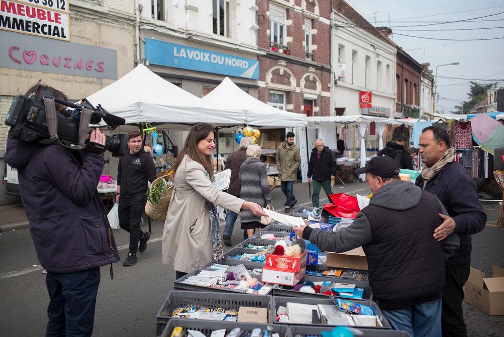 Marine Tondelier, élu écologiste à Hénin-Beaumont, distribue des tracts sur le marché d'Hénin à deux jours du 1er tour de l'élection présidentielle. 21 avril 2017