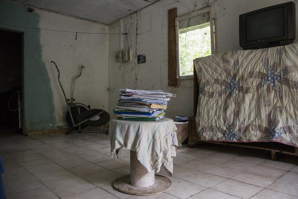 25 novembre 2015, La plaine des Cafres. Ruffine vit aujourd'hui dans une situation très précaires. Elle n'a pas d'eau, pas d'électricité. Les portes et les fenêtres de sa maison ont été cassé, le propriétaire serait à l'origine de ces dégâts. Ruffine est une femme forte, elle est rentrée en résistance (grève de la faim devant le TGI) mais ça ne l'empêche de laisser quelques larmes durant notre entretien. Elle souhaite qu'une chose retrouver un logement, une parcelle te retravailler la terre, faire ce qu'elle aime. Elle semble presque résignée sur la suite de ses affaires.  RUFFINE EST ENTRAIN DE ME FAIRE UN PETIT TEXTE OU ELLE DECRIT LE POURQUOI DE LA MALVERSATION DANS SON AFFAIRE