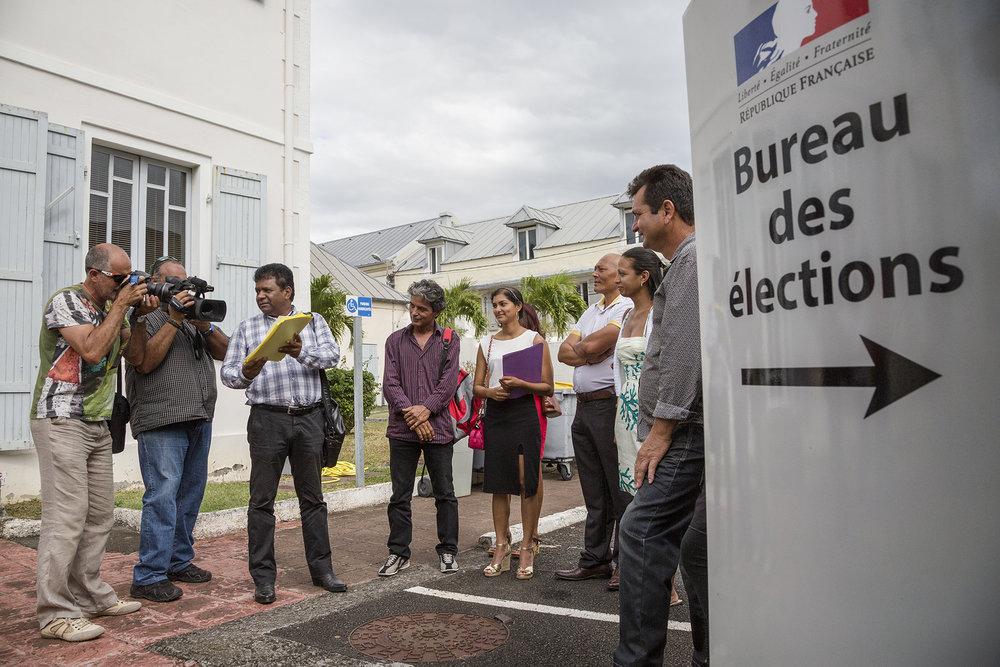 """2 novembre 2015, préfecture de la ville de Saint-Denis. J-H Ratenon dépose sa liste de candidature aux régionales. Ses co-listiés sont au nombre de 47.""""Un homme décide de faire campagne contre la corruption"""""""