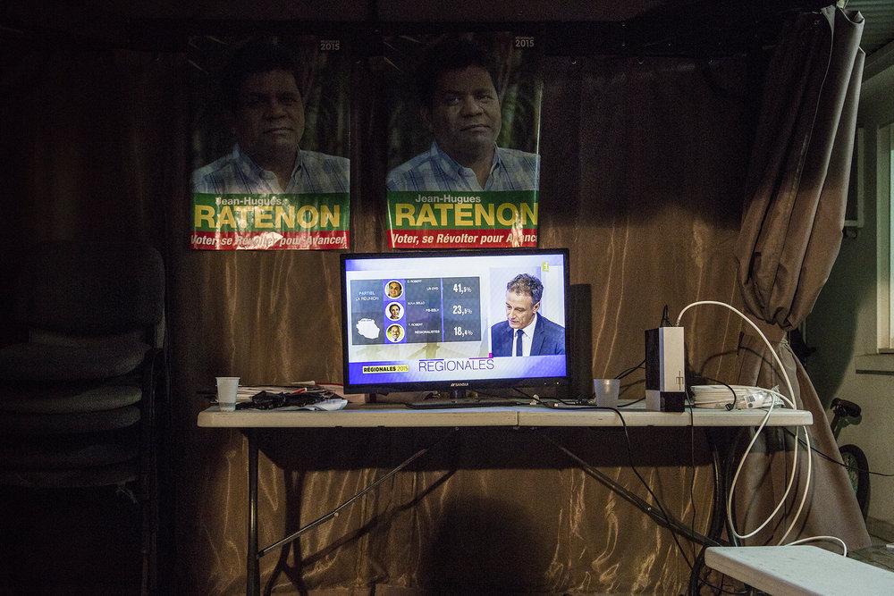"""6 décembre 2015, Saint-Marie, Ile de La Réunion. Colistiers, sympathisants, amis tout le monde a décidé de se rassembler chez un membre de l'équipe J-H Ratenon pour assiter à la soirée de campagne. Les chiffres sont annoncés, J-H Ratenon fait tout juste 1,69%. C'est une grosse déception pour le candidat mais aussi pour les militants. avant de partir sur les plateaux télé des 2 chaines locales,  J-H Ratenon et quelques colistiers dirent quelques mots afin d'exprimer leur deception mais l'envie de continuer le combat. Le lendemain, J-H Ratenon annonça qu'il souhaitait un report de ses votes sur la liste d'Huguette Bello (PS) présente au second tour.""""Les résultats. Donner les principaux scores et celui de Ratenon"""""""