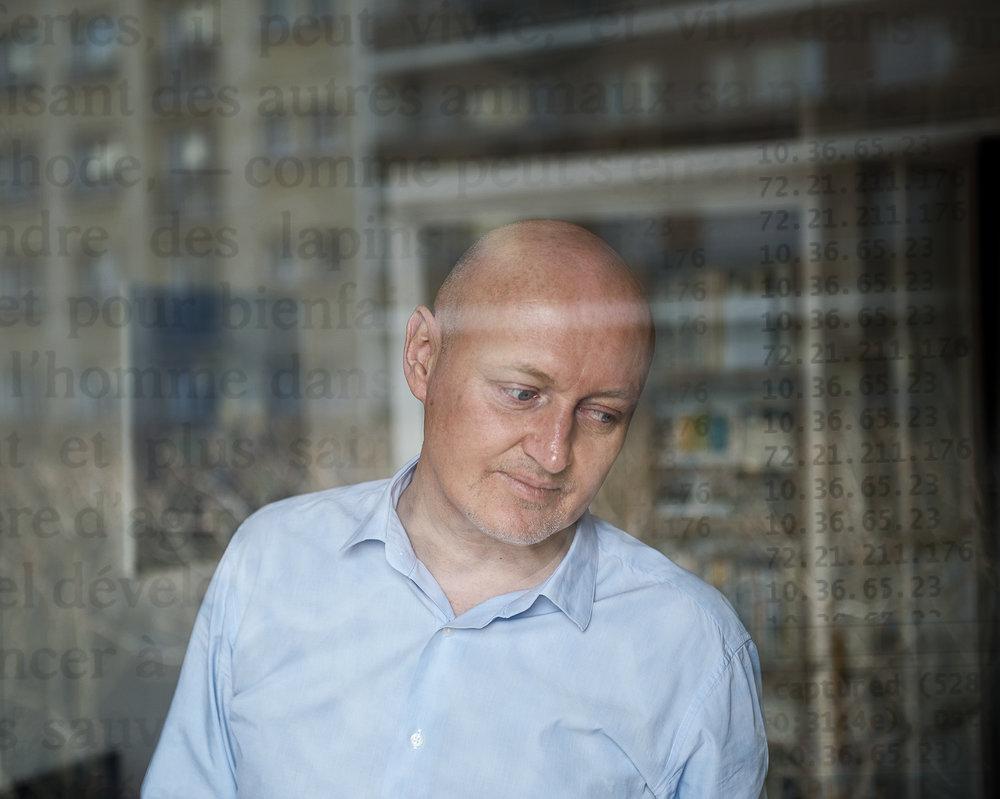 L'Irlandais James Dunne, 52 ans, a révélé que son entreprise, la société française Qosmos, avait fourni des sondes de surveillance à la Syrie de Bachar-el-Assad et à la Libye de Kadhafi. Suite à son alerte, une information judiciaire a été ouverte en 2014 par le pôle Crimes contre l'humanité du parquet de Paris.